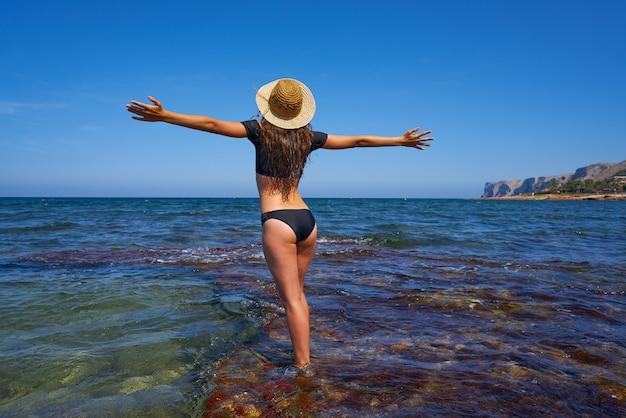 Bikini girl en été plage méditerranéenne Photo Premium