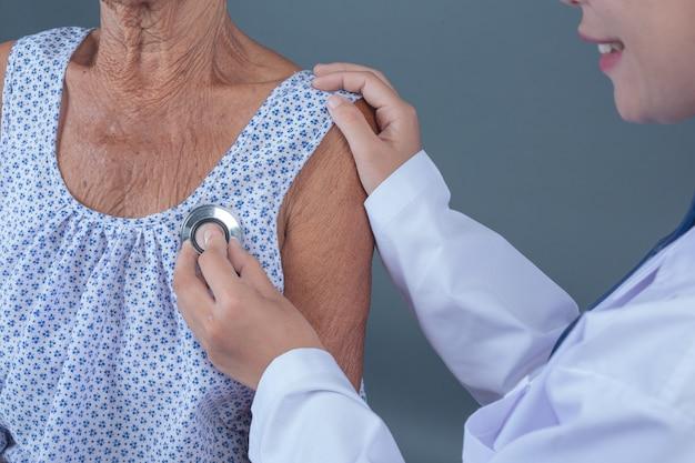 Bilan de santé des personnes âgées avec une jeune infirmière. Photo gratuit