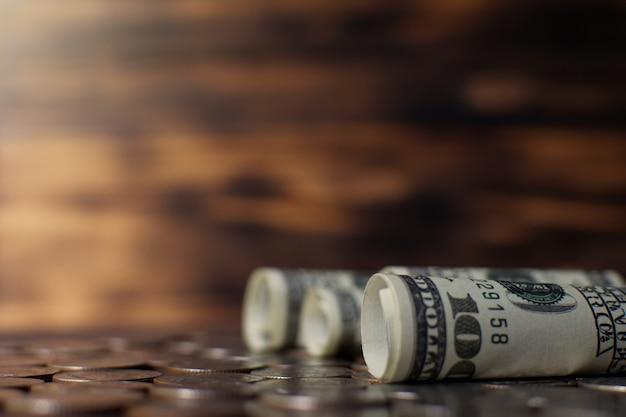 Billet de banque et pièces de monnaie sur une vieille planche de bois, économiser la notion d'argent. Photo Premium