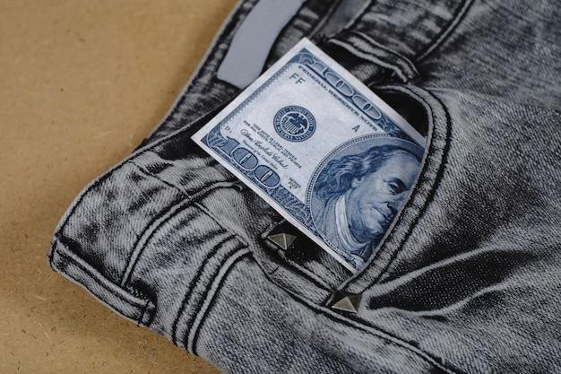 Billet de banque séparé d'une poche de jean. Photo Premium
