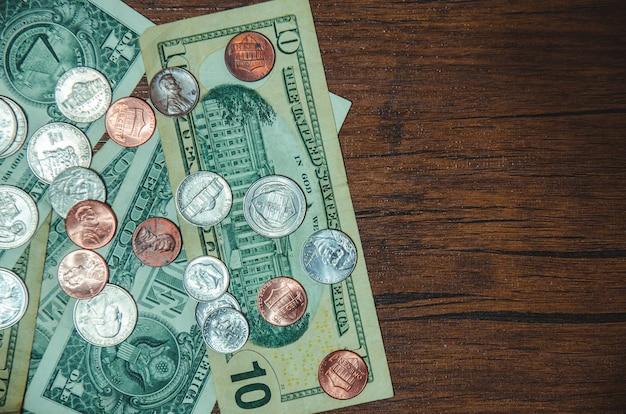 Billet d'un dollar avec pièce sur vue de dessus Photo Premium