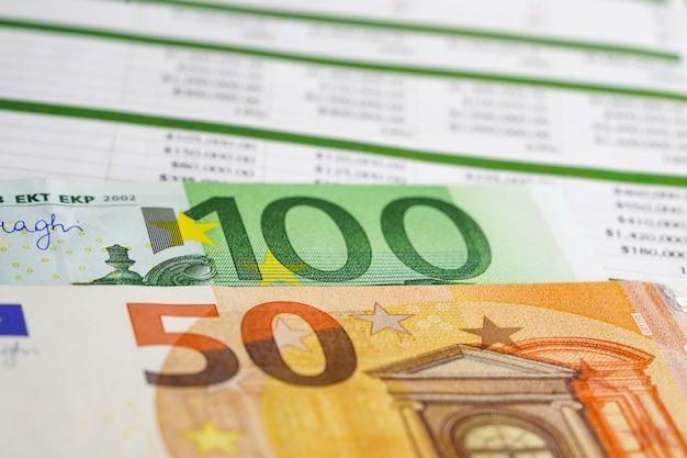 Billet en euros sur feuille de calcul. Photo Premium