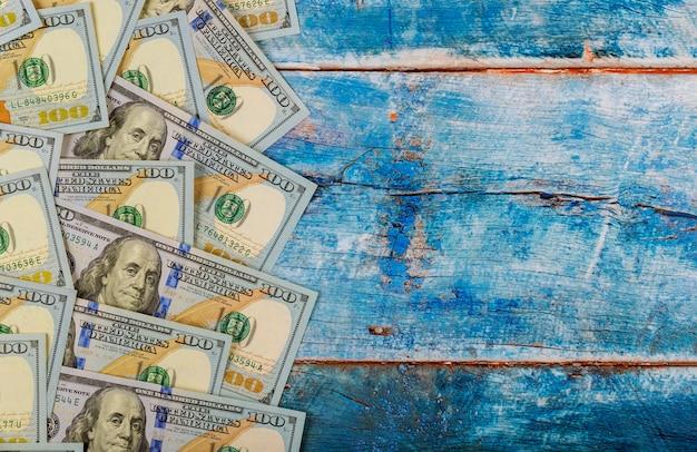 Billets de 100 dollars sur fond en bois ancien bleu Photo Premium
