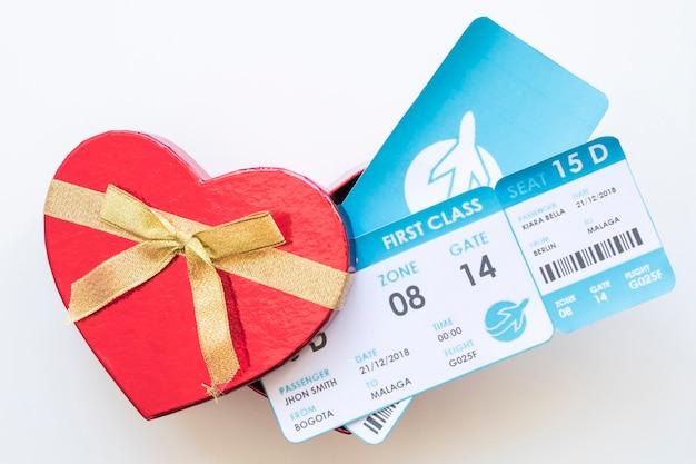 Billets d'avion dans une boîte cadeau Photo gratuit