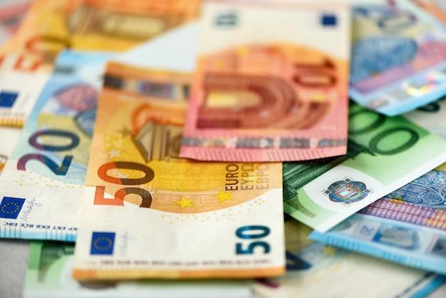 Billets de banque en monnaie euro. concept de paiement et de trésorerie. annulation annoncée de billets de cinq cents euros. Photo Premium