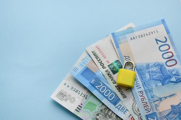Billets d'un, deux mille roubles russes sur fond bleu Photo Premium