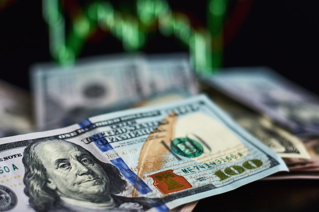 Billets d'un dollar américain contre fond de citations de marché du commerce. business et un concept financier Photo Premium