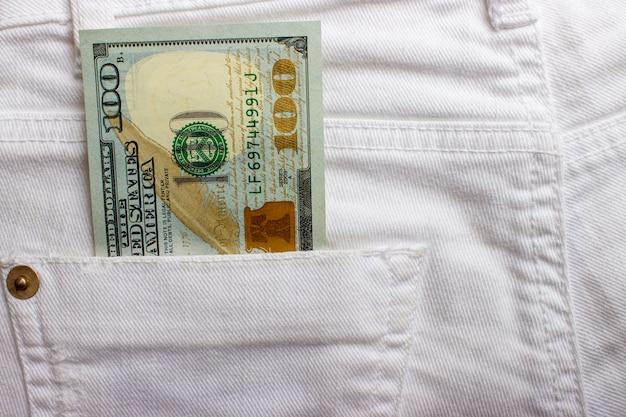 Billets de dollar en jeans poche agrandi. concept d'affaires argent de poche. Photo Premium
