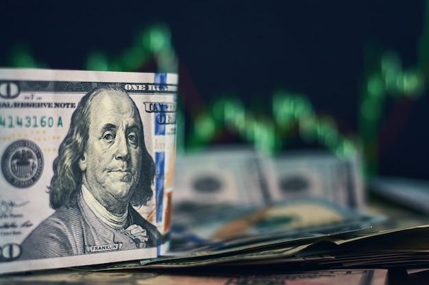 Billets en dollars américains sur un fond caractérisé par la dynamique des taux de change. notion de risque commercial et financier Photo Premium