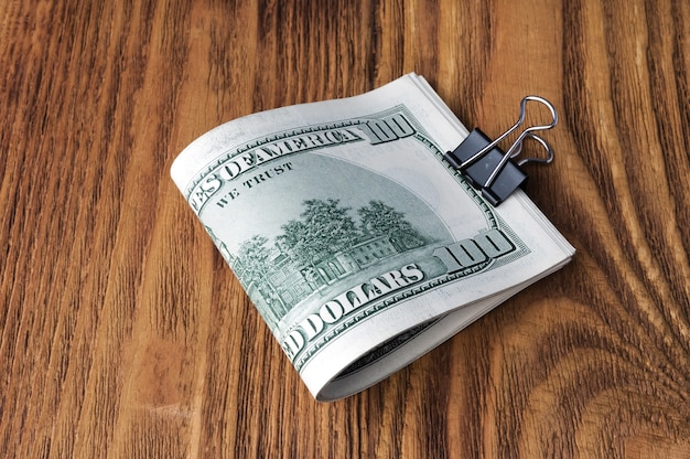 Les billets en dollars sont couchés sur un fond en bois. Photo Premium