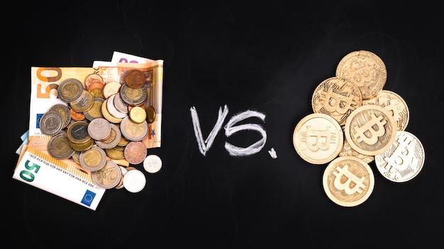 Billets en euros contre bitcoins sur fond noir Photo gratuit