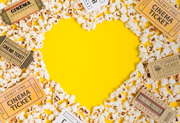 Billets En Forme De Coeur De Pop-corn Et De Cinéma Photo gratuit
