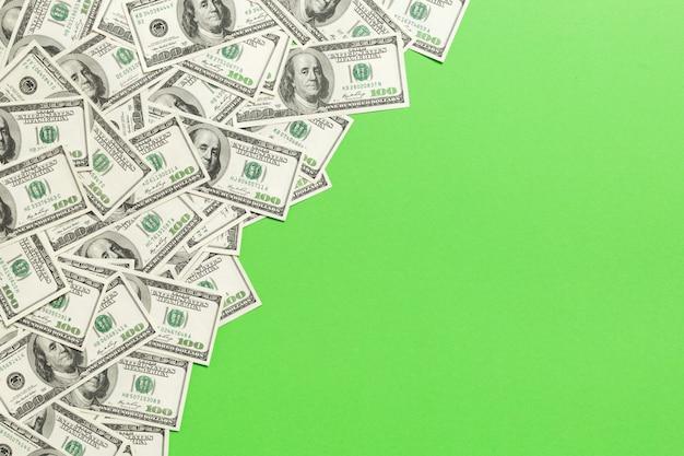 Billets de vue de dessus sur un bureau coloré avec fond sur le dessus. billets de cent dollars avec pile d'argent au milieu. vue de dessus des affaires Photo Premium