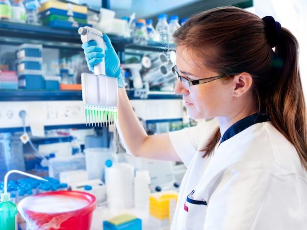Le Biologiste Moléculaire Travaille En Laboratoire Photo Premium