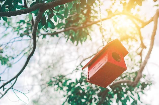 Birdhouse Sur L'arbre. Concept De Fond. Photo Premium