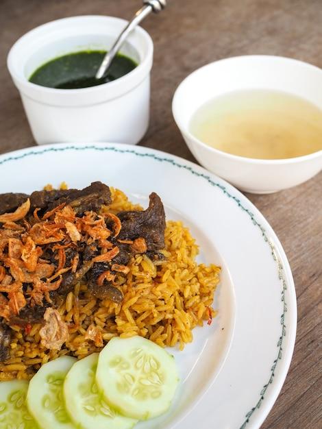 Biryani de boeuf au chutney vert, riz jaune au boeuf Photo Premium