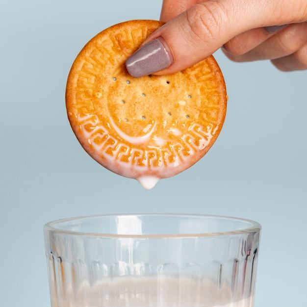 Biscuit au-dessus d'un verre de lait Photo gratuit