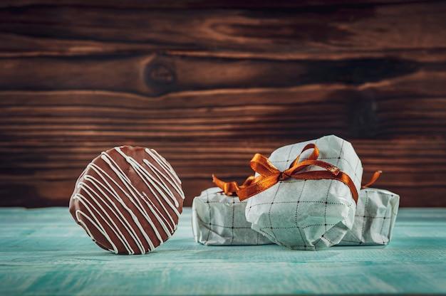 Biscuit Au Miel Et Chocolat Enrobé Dans Un Emballage Cadeau - Pao De Mel Photo Premium