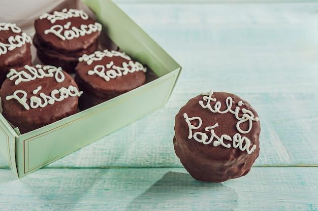 Biscuit Chocolat Au Miel Recouvert D'un Coffret Cadeau écrit Happy Easter - Pao De Mel Photo Premium