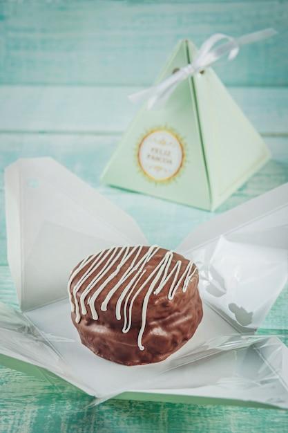 Biscuit Chocolat Au Miel Recouvert D'un Emballage Cadeau écrit Happy Easter - Pao De Mel Photo Premium