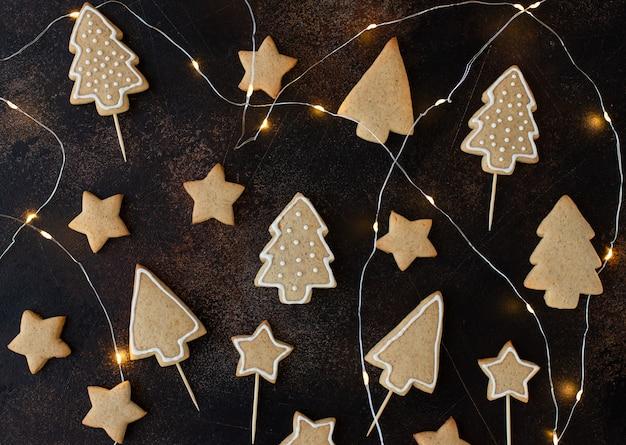 Biscuit De Pain D'épice Maison De Noël Sur Une Surface Brun Foncé Photo Premium
