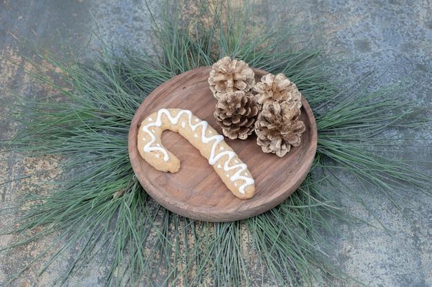 Biscuit De Pain D'épice Et Pommes De Pin Sur Plaque En Bois. Photo De Haute Qualité Photo gratuit
