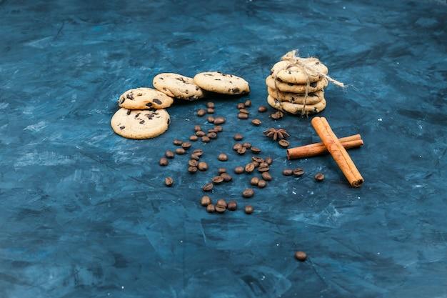 Biscuits Sur Une Assiette Aux épices, Bâtons De Cannelle Photo gratuit