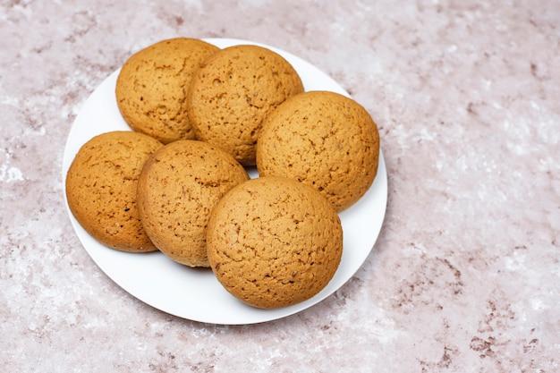 Biscuits Au Beurre D'arachide De Style Américain Sur Fond De Béton Clair. Photo gratuit
