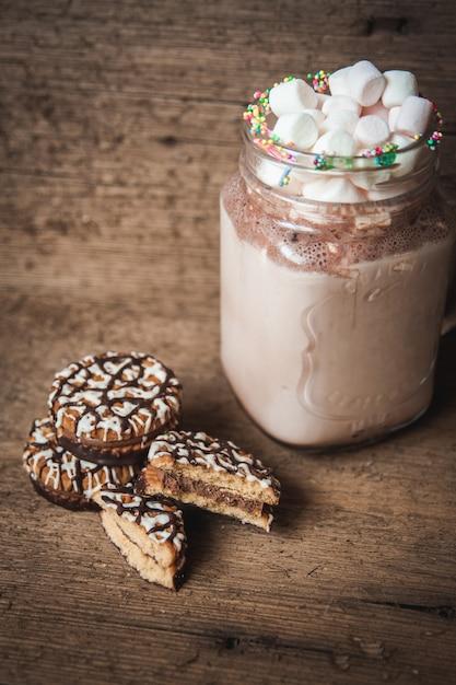 Biscuits au chocolat et une bouteille de cacao aux guimauves Photo Premium