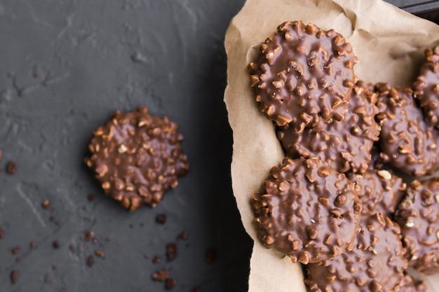 Biscuits au chocolat sur papier kraft Photo gratuit