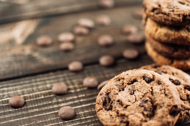 Biscuits au chocolat sur une table en bois. biscuits aux pépites de chocolat Photo Premium