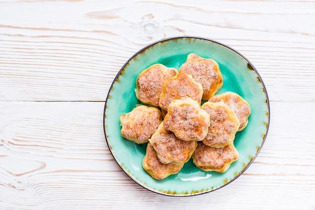 Biscuits au fromage cottage sur une assiette sur une table en bois Photo Premium