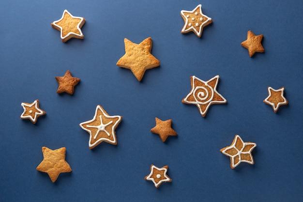 Biscuits Au Gingembre étoiles Sur Fond Bleu Photo Premium