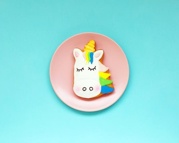 Biscuits au gingembre en forme de licorne sur papier pastel géométrique Photo Premium