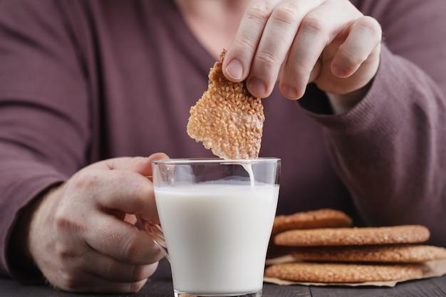 Biscuits Au Sésame, Biscuits Mâles Trempés Dans Le Lait Photo Premium