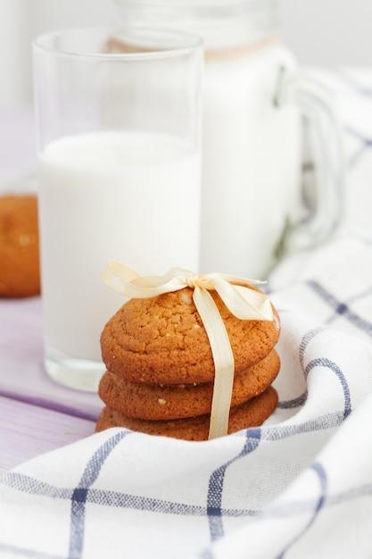 Biscuits Au Verre De Lait Et Biscuit Avec Torchon De Cuisine Sur Fond Clair Photo Premium