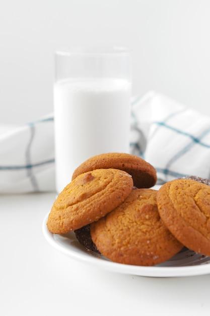 Biscuits Au Verre De Lait Et Biscuits Avec Torchon De Cuisine Sur Le Mur Photo Premium