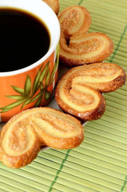 Biscuits autour d'une tasse de café Photo Premium
