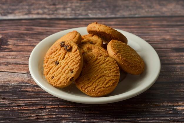 Biscuits à l'avoine et aux pépites de chocolat sur fond de table en bois rustique Photo Premium