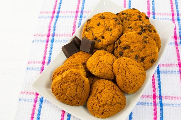 Biscuits à l'avoine et aux pépites de chocolat en forme de coeur Photo Premium