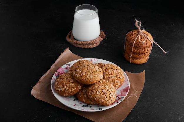 Biscuits à L'avoine Avec Du Cumin Noir Et Une Tasse De Lait De Côté. Photo gratuit