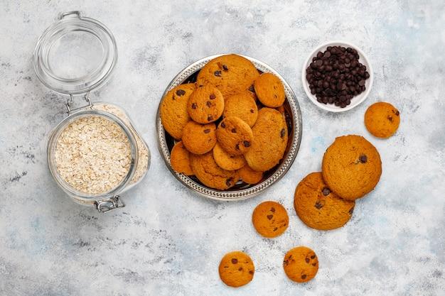 Biscuits à L'avoine Faits Maison Avec Pépites De Chocolat Sur Béton Photo gratuit