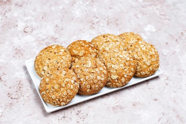 Biscuits à L'avoine De Style Américain Sur Fond De Béton Clair. Photo gratuit