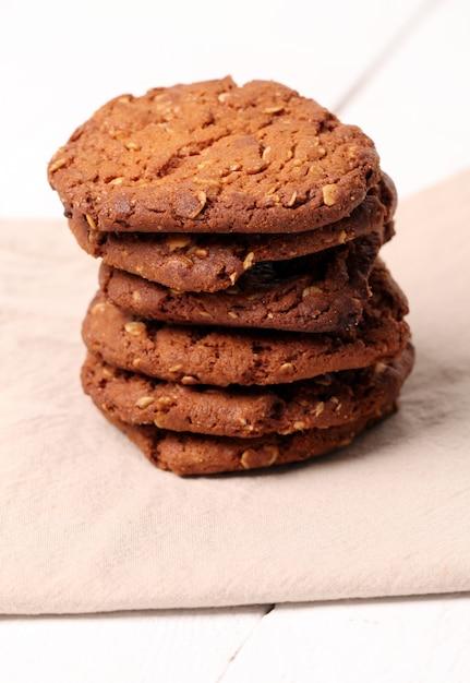 Biscuits bruns faits maison sur une table Photo gratuit