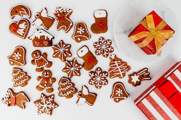 Biscuits Et Cadeau De Pain D'épice De Noël Photo gratuit