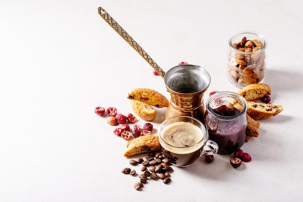 Biscuits cantucci et café Photo Premium