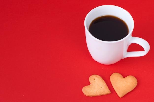 Biscuits de coeur avec une tasse de café Photo gratuit