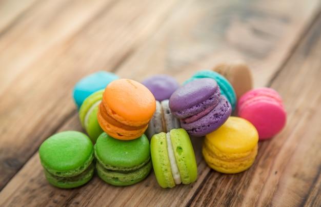 Biscuits colorés avec la farce sur le dessus d'une table en bois Photo gratuit