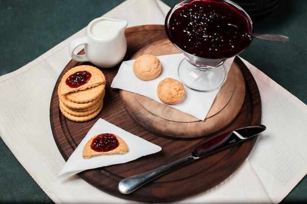 Biscuits à La Confiture De Framboises Rouges Sur Une Planche De Bois Photo gratuit