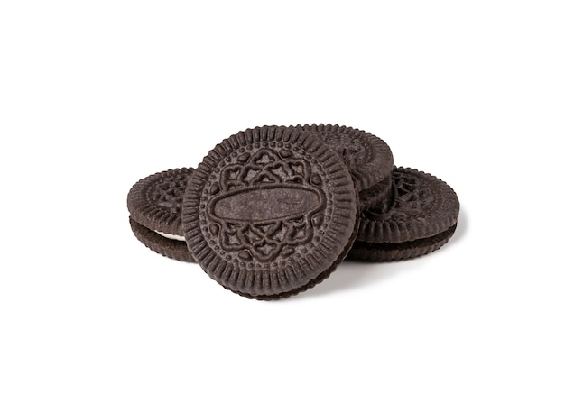Biscuits et crème de saveur de chocolat en morceaux de croûte extérieure isolés Photo Premium